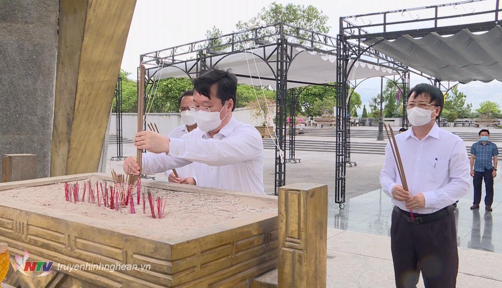 Lãnh đạo tỉnh Nghệ An dâng hương tại Nghĩa trang liệt sỹ Đường 9 (Quảng Trị).