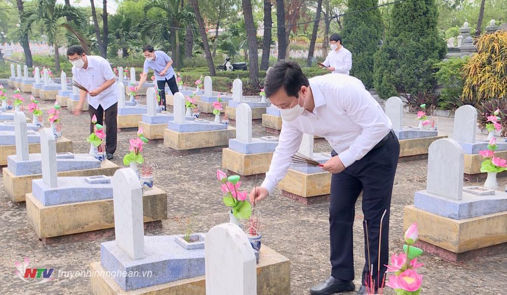 Chủ tịch UBND tỉnh Nguyễn Đức Trung dâng hương tại các phần mộ liệt sỹ trong khuôn viên Nghĩa trang liệt sỹ Đường 9.