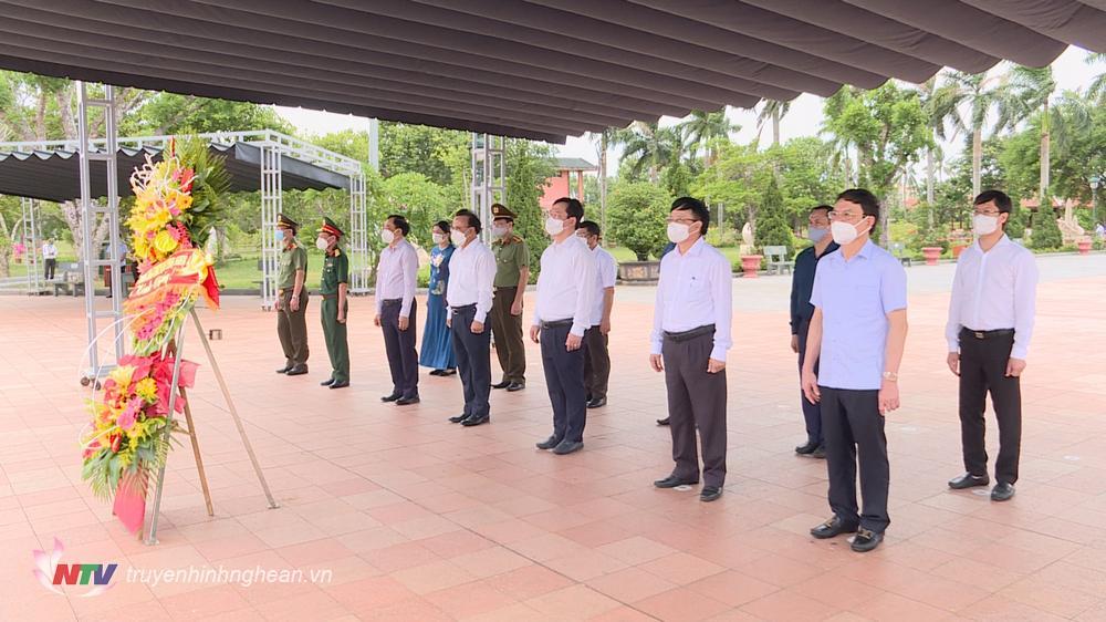 Lãnh đạo tỉnh Nghệ An dâng hoa, dâng hương tại Thành cổ Quảng Trị.