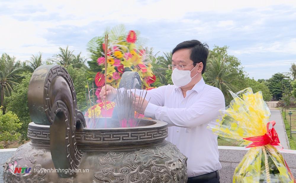 Chủ tịch UBND tỉnh Nguyễn Đức Trung dâng hương tại Thành cổ Quảng Trị.