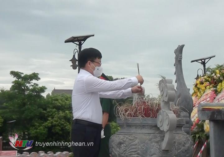 Phó Chủ tịch UBND tỉnh Bùi Đình Long dâng hương tại Nghĩa trang liệt sỹ huyện Nghi Lộc.