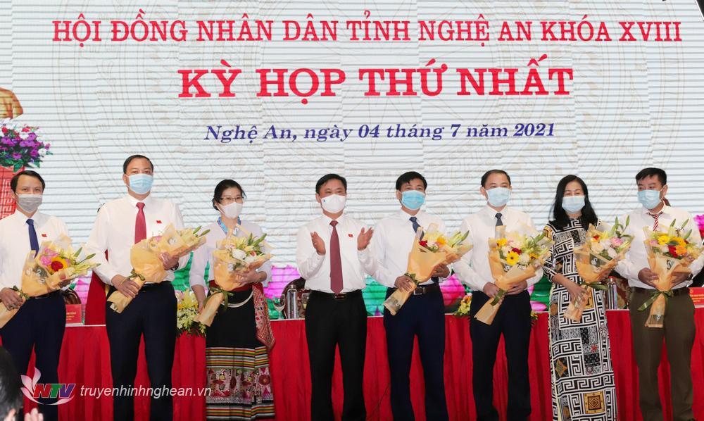 Đồng chí Thái Thanh Quý - Ủy viên Ban Chấp hành Trung ương Đảng, Bí thư Tỉnh ủy, Chủ tịch HĐND tỉnh Nghệ An khóa XVIII tặng hoa chúc mừng các Trưởng ban HĐND tỉnh khóa XVIII.