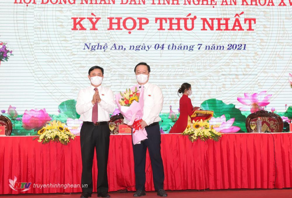 Đồng chí Thái Thanh Quý - Ủy viên Ban Chấp hành Trung ương Đảng, Bí thư Tỉnh ủy, Chủ tịch HĐND tỉnh tặng hoa chúc mừng ông Nguyễn Đức Trung được bầu làm Chủ tịch UBND tỉnh nhiệm kỳ 2021 - 2026.