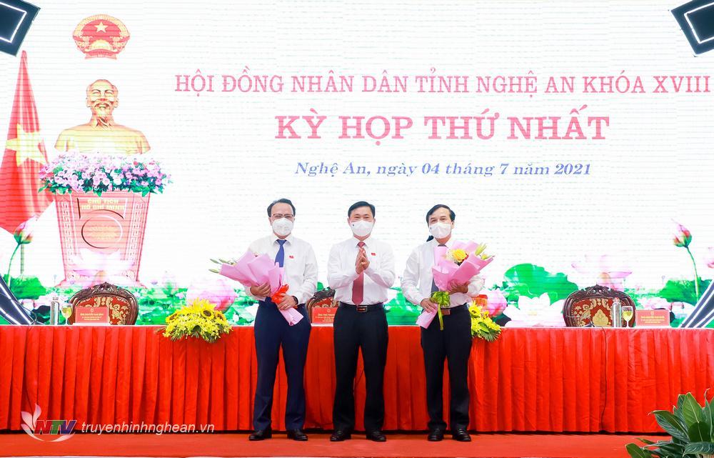 Đồng chí Thái Thanh Quý - Ủy viên Ban Chấp hành Trung ương Đảng, Bí thư Tỉnh ủy, Chủ tịch HĐND tỉnh Nghệ An khóa XVIII tặng hoa chúc mừng hai tân Phó Chủ tịch HĐND tỉnh khóa XVIII.