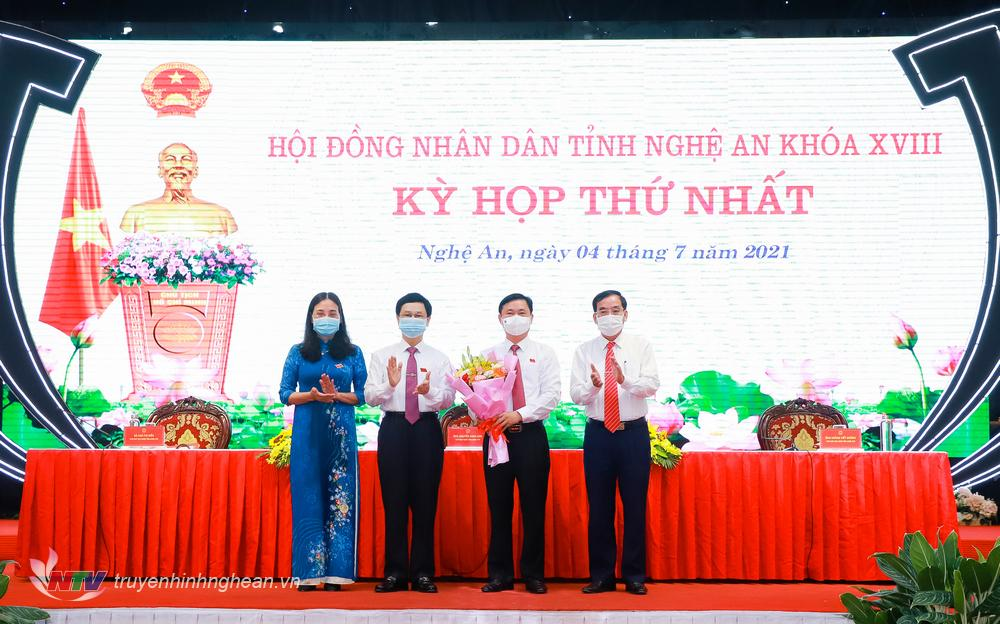 Lãnh đạo HĐND tỉnh Nghệ An khóa XVII tặng hoa chúc mừng ông Thái Thanh Quý - Ủy viên Ban Chấp hành Trung ương Đảng, Bí thư Tỉnh ủy được bầu giữ chức Chủ tịch HĐND tỉnh khóa XVIII.