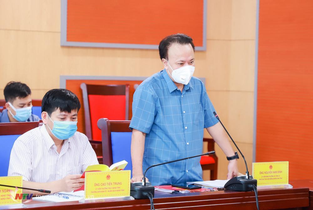 Đồng chí Nguyễn Nam Đình - Uỷ viên BTV Tỉnh uỷ, Phó Chủ tịch HĐND tỉnh phát biểu ý kiến tại cuộc họp.