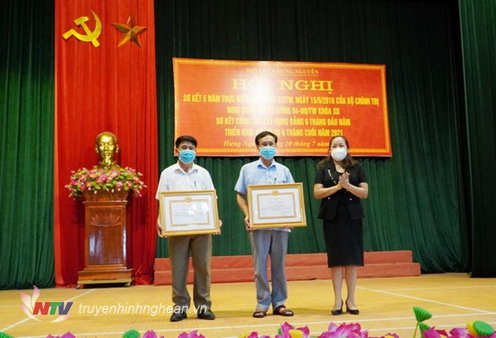 Trưởng Ban tuyên giáo Tỉnh ủy trao bằng khen của Ban thường vụ Tỉnh ủy cho tập thể, cá nhân thực hiện xuất sắc Chỉ thị 35 của bộ chính trị về đại hội Đảng