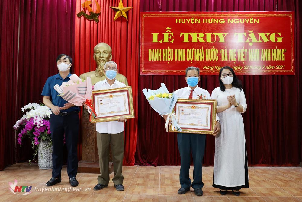 Lãnh đạo huyện trao Bằng công nhận mẹ Việt Nam anh hùng
