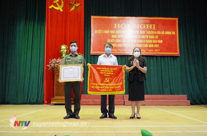 Trưởng ban Tuyên giáo Tỉnh ủy Nguyễn Thị Thu Hường Trao cờ, bằng khen có tập thể, cá nhân 5 năm liền  đạt trong sạch vững mạnh tiêu biểu.
