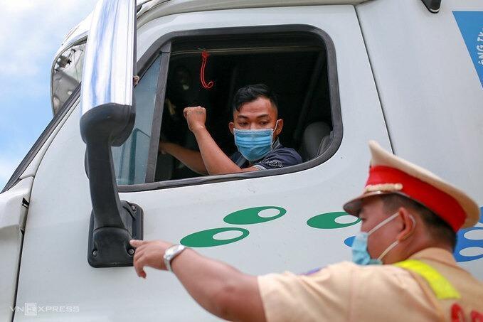 Đà Nẵng đang siết chặt người ra vào tại các cửa ngõ. Trong ảnh, một tài xế đưa cánh tay đóng dấu đã kiểm dịch khi đi qua chốt kiểm soát trên quốc lộ 1A.