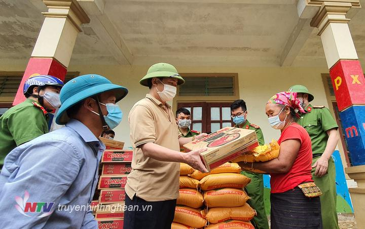 Lãnh đạo huyện trao hỗ trợ các hộ dân phải di dời.