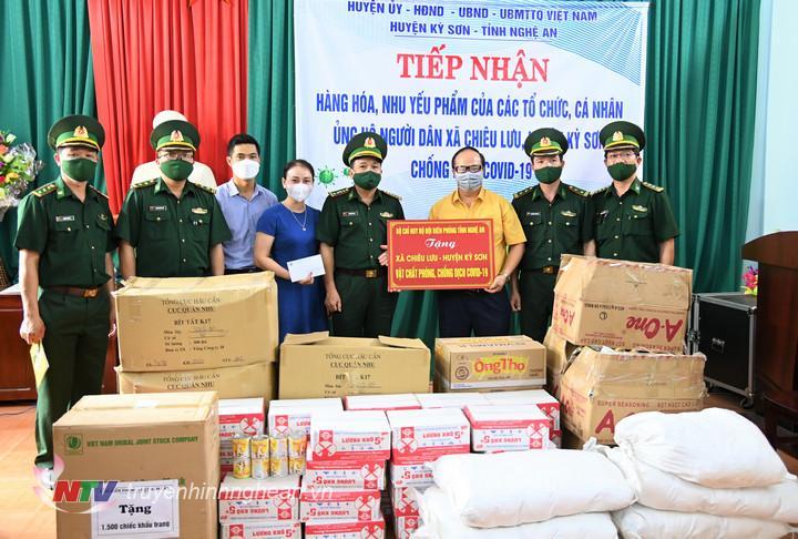 Đoàn công tác Bộ Chỉ huy BDBP tỉnh Nghệ An hỗ trợ vật chất PCD Covid - 19 cho nhân dân xã Chiêu Lưu, huyện Kỳ Sơn.