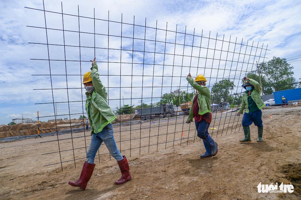 Công nhân chuẩn bị vỉ sắt đổ bêtông nền tại Bệnh viện dã chiến huyện Bình Chánh