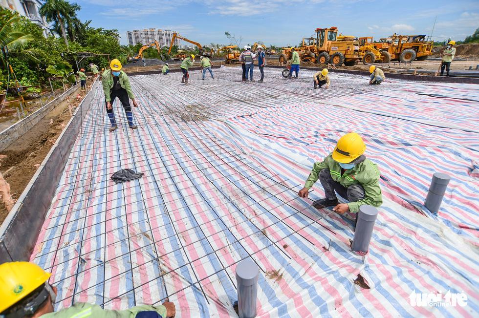 Hàng trăm công nhân tất bật thi công trên công trường để đảm bảo tiến độ