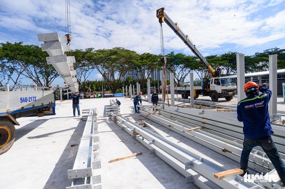 Công nhân dựng khung cột để chuẩn bị lợp mái