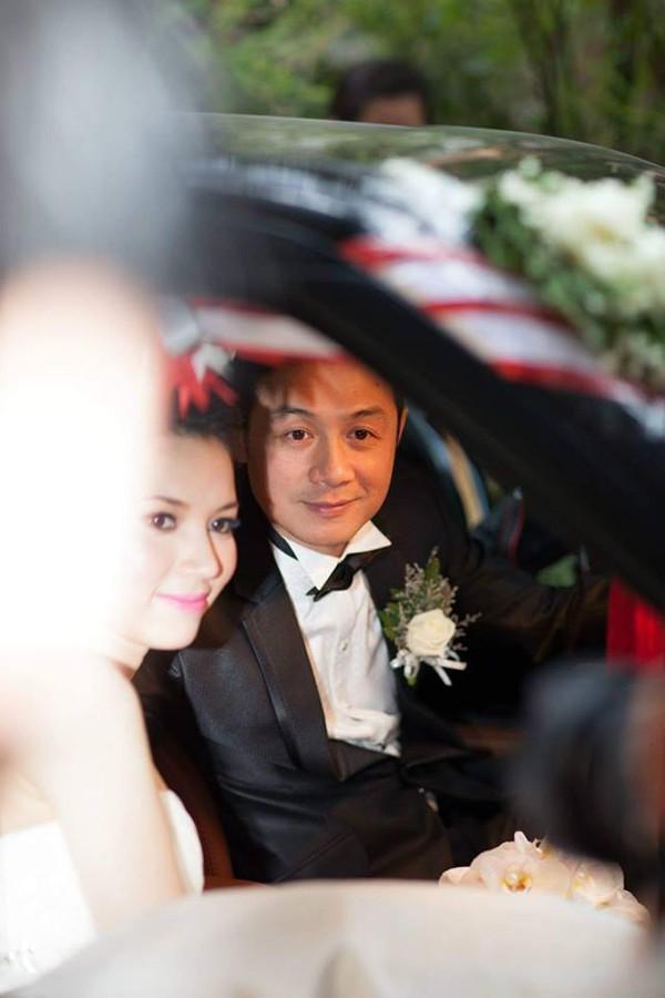 Sau 5 năm tìm hiểu, đến đầu 2013, đám cưới của Lý Hồng Nhung và MC Anh Tuấn diễn ra ấm cúng nhưng kín đáo tại một khách sạn ở Hà Nội. Để làm hậu phương vững chắc cho chồng, người đẹp sinh năm 1988 chọn cuộc sống kín đáo, không phô trương.
