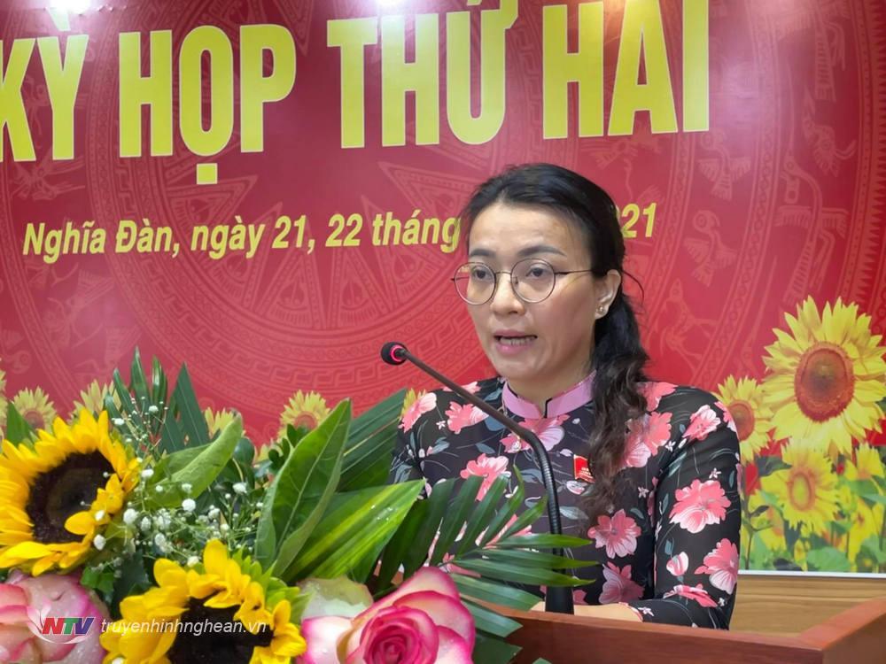 Đồng chí Hoàng Thị Thu Trang - Bí thư Huyện ủy, Chủ tịch HĐND huyện Nghĩa Đàn phát biểu tại kỳ họp.