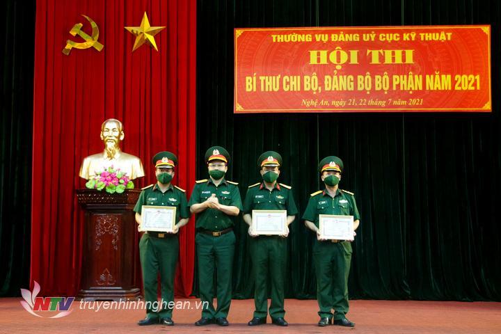 Ban Tổ chức trao giải nhất, nhì, ba cho các tập thể.