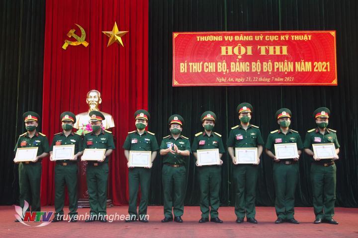 Ban Tổ chức trao giải nhất, nhì, ba cho các cá nhân hoàn thành xuất sắc nội dung thi