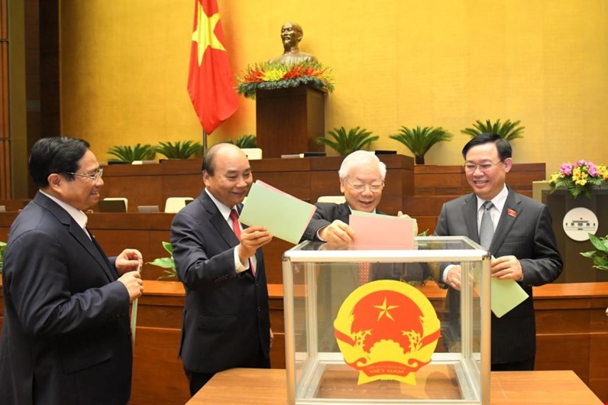 Quốc hội khóa XV sẽ dành 3 ngày để kiện toàn nhân sự tại kỳ họp thứ nhất. Trong ảnh: Lãnh đạo Đảng, Nhà nước bỏ phiếu kín bầu các chức danh tại kỳ họp cuối cùng của khóa XIV