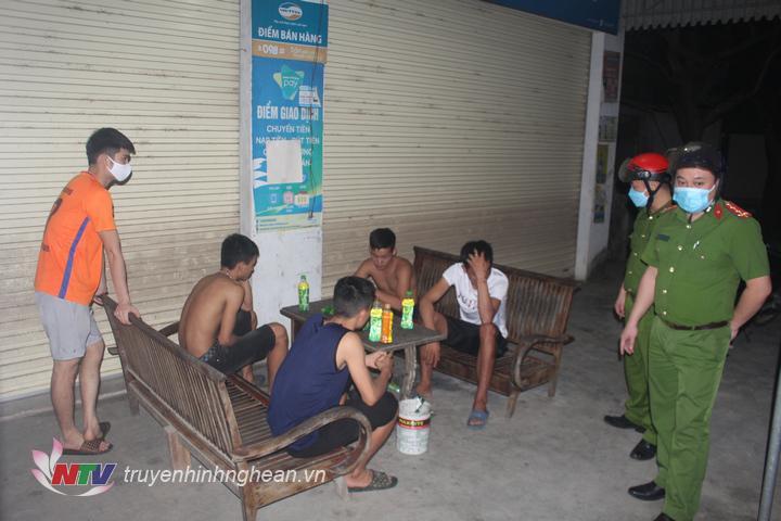 Phát hiện nhóm thanh niên tập trung đông người, không đeo khẩu trang tại xã Ngọc Sơn (Quỳnh Lưu).