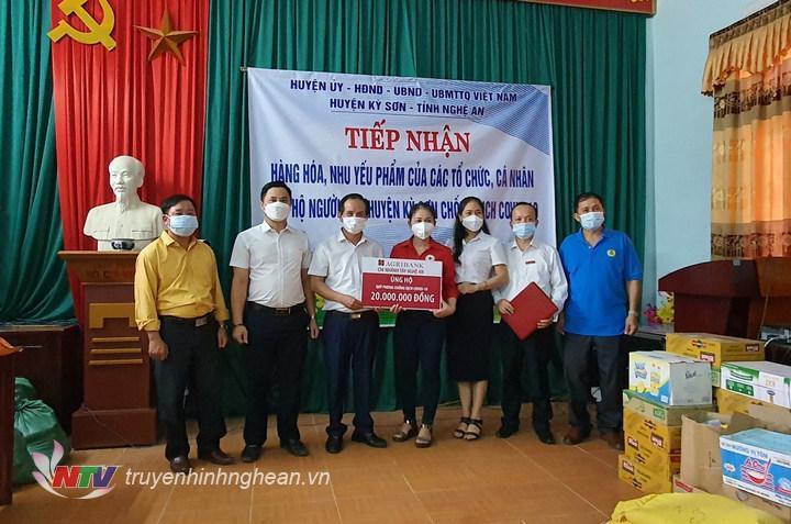 Đại diện Ngân hàng Agribank chi nhánh Tây Nghệ An trao hỗ trợ.