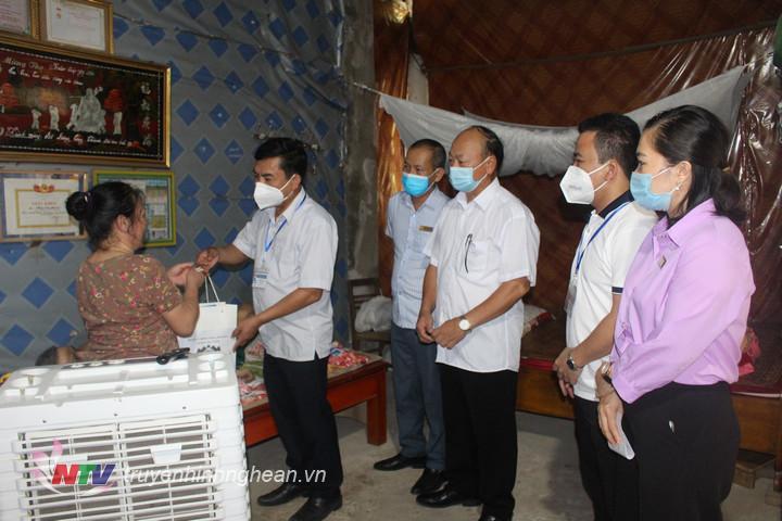 Chủ tịch UBND huyện Con Cuông Hoàng Sỹ Kiện tri ân các gia đình chính sách, người có công trên địa bàn thị trấn Con Cuông.