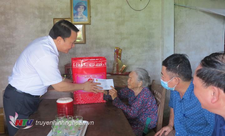 thăm tặng quà bà Đào Thị Liên thân nhân liệt sỹ ở xã Đông Sơn