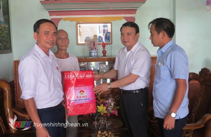 Đồng chí Phùng Thành Vinh – Tỉnh ủy viên, Bí thư Huyện ủy đã đi thăm, tặng quà cho ông Hoàng Đắc Dũng thương binh ở xã Hòa Sơn.