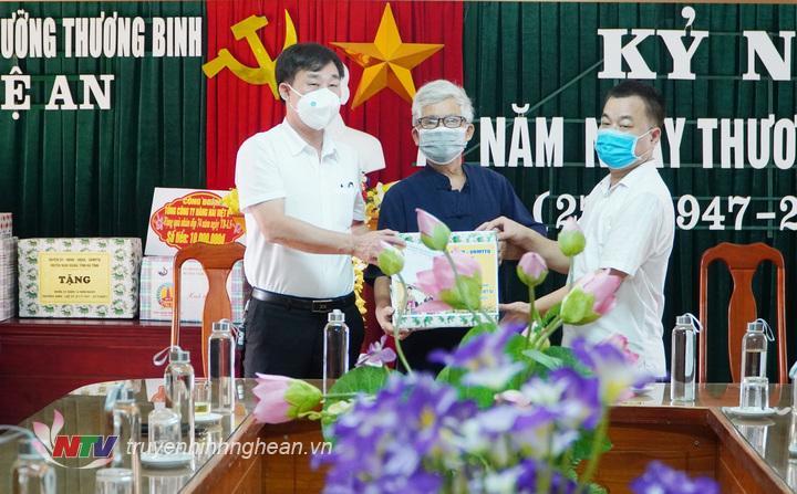 Đoàn thăm và trao quà Trung tâm điều dưỡng thương binh ở xã Nghi Phong, huyện Nghi Lộc.