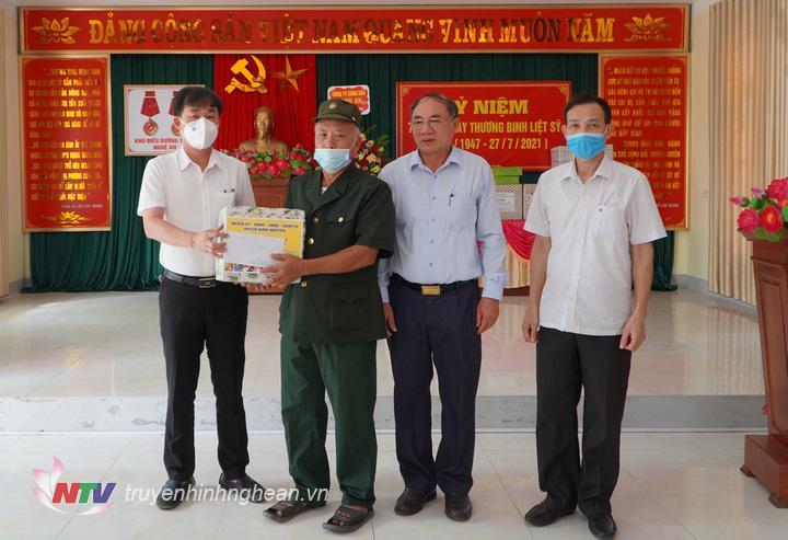 Đoàn thăm và trao quà cho Trung tâm tâm thần kinh ở xã Nghi Phong