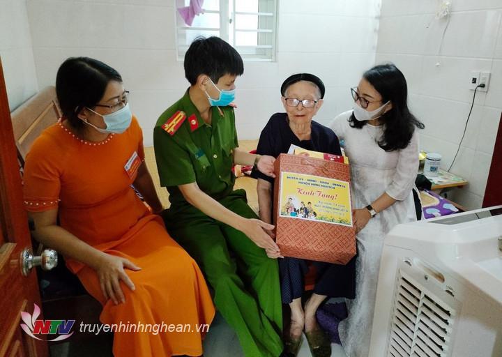 đoàn trao quà cho Mẹ Việt Nam anh hùng Mẹ Việt Nam anh hùng Đinh Thị Bốn ở xóm Thành Sơn, xã Long Xá