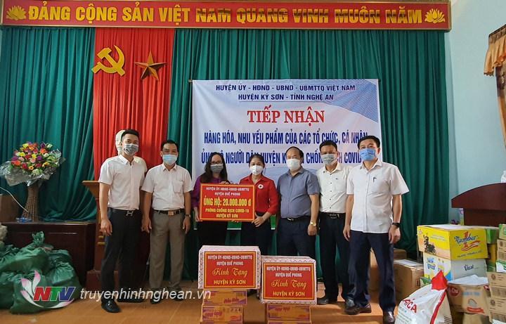 Đại diện huyện Quế Phong trao ủng hộ.