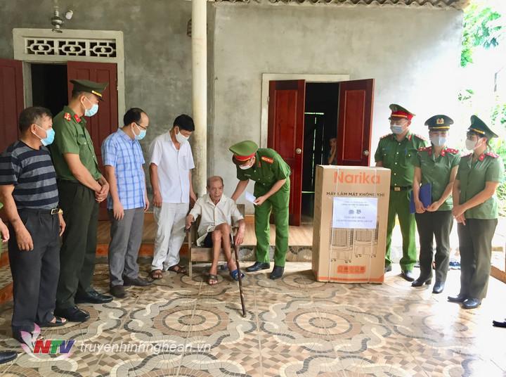 Đoàn trao quà cho ông Vũ Văn Sâm, thương binh 4/4 ở xã Nghĩa Tiến.