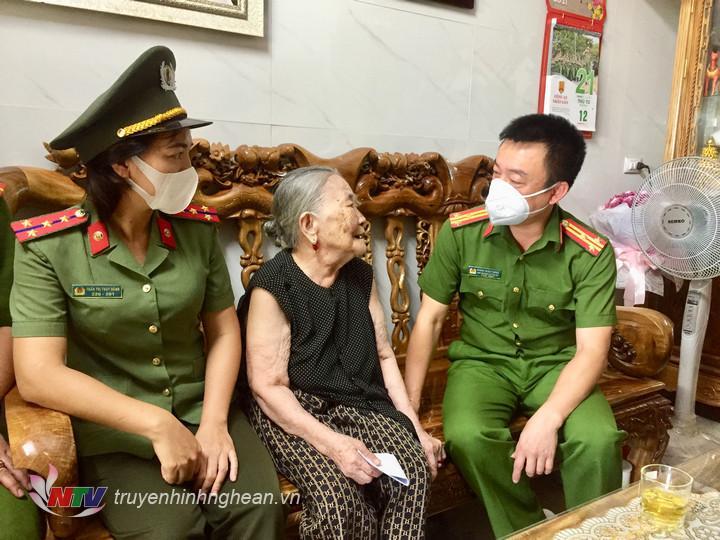 Trao quà cho mẹ Việt Nam anh hùng Lê Thị Nhỏ ở khối Long Thượng, phường Quang Phong.