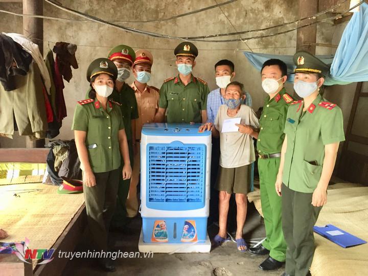 Trao tặng quà cho ông Lữ Thái Sinh, thương binh 4/4 ở phường Long Sơn.