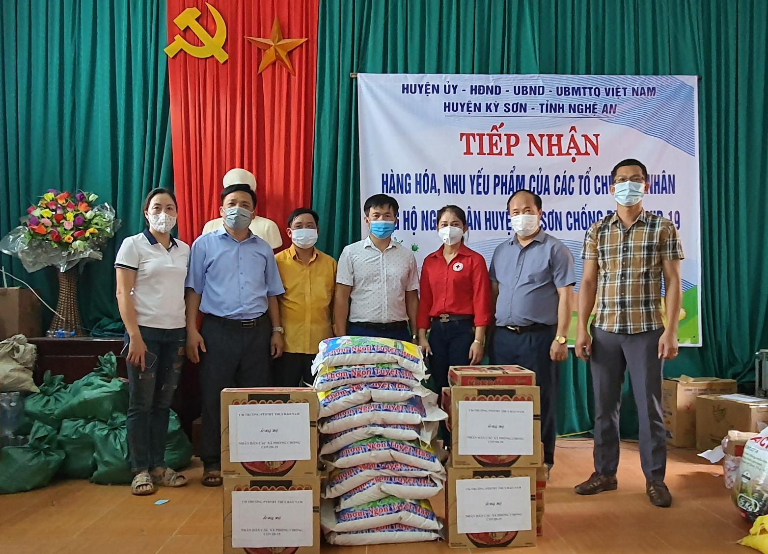 Đại diện Trường PTDTNT THCS Bảo Nam trao hỗ trợ.