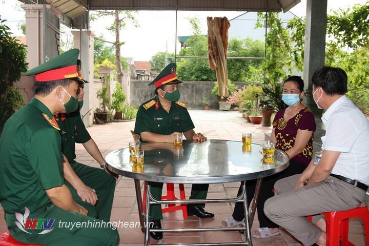Đoàn công tác thăm hỏi động viên gia đình liệt sĩ Nguyễn Anh Duy hy sinh trong lúc thực hiện nhiệm vụ giúp dân khắc phục hậu quả mưa lũ tại xã Hướng Phùng, huyện Hướng Hóa, tỉnh Quảng Trị.