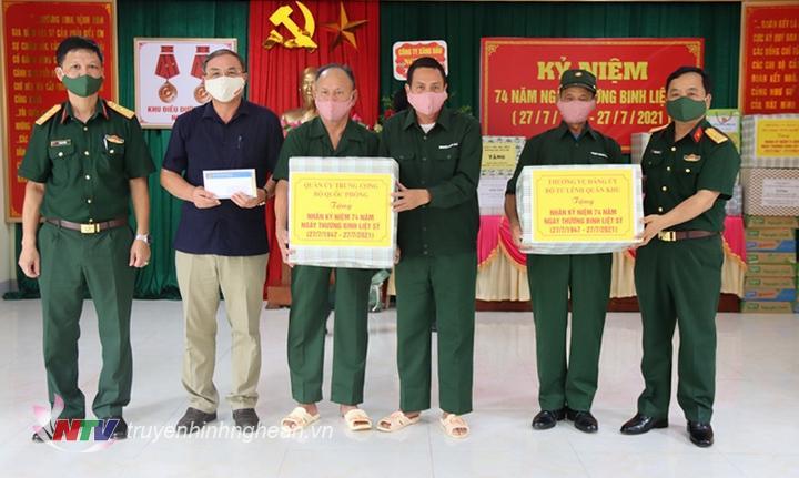Đại tá Nguyễn Ngọc Hà - Ủy viên BTV, Chỉ huy trưởng Bộ CHQS tỉnh trao quà cho các đồng chí thương binh, bệnh binh đang điều trị tại trung tâm