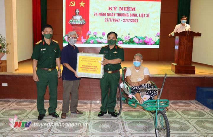 Đoàn công tác thăm hỏi, tặng quà các thương bệnh binh tại Trung tâm điều dưỡng Thương binh tỉnh Nghệ An