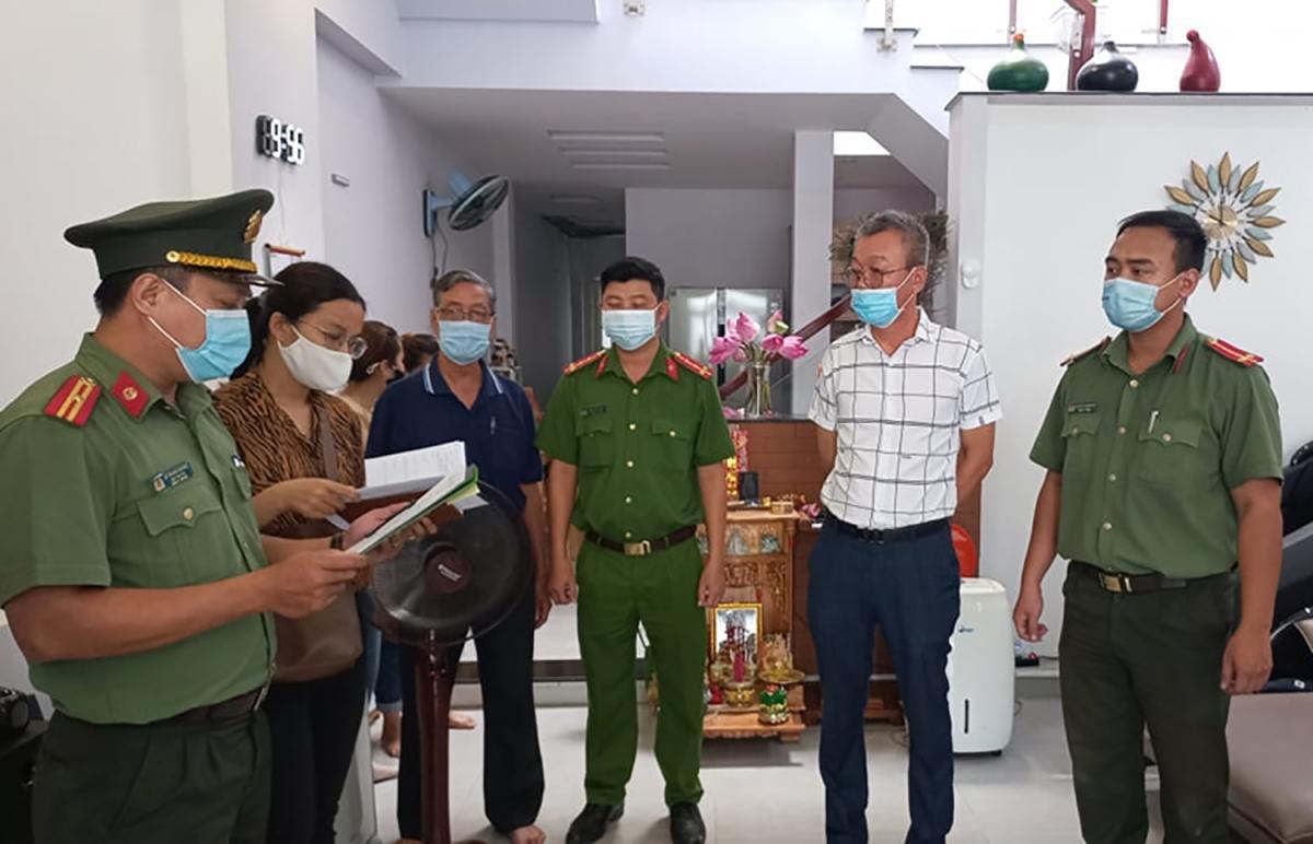 Lee Kwan Young (áo trắng) bị khởi tố, bắt tạm giam