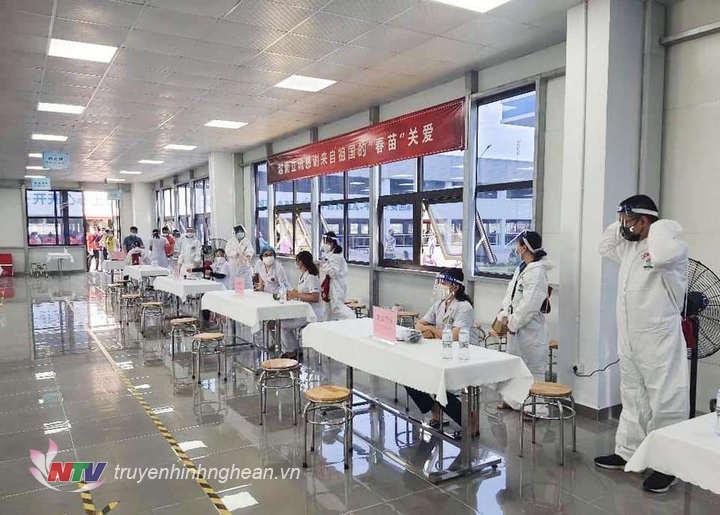 Trung tâm Y tế Hưng Nguyên triển khai tiêm vắc xin Covid-19 cho công dân Trung Quốc đang làm việc tại KCN VSIP