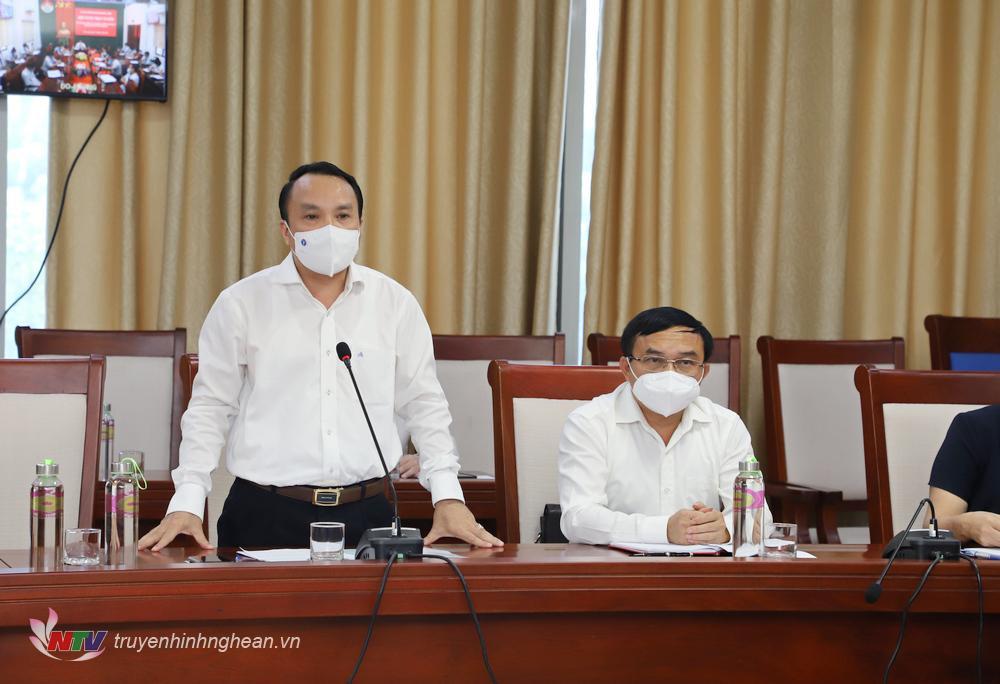 Giám đốc Sở Y tế Dương Đình Chỉnh báo cáo tại phiên họp.