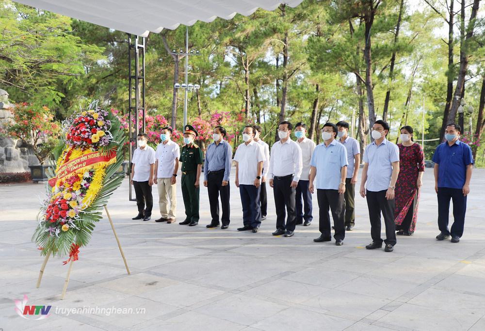 Lãnh đạo tỉnh Nghệ An dâng hoa, dâng hương tại Nghĩa trang liệt sỹ quốc gia Trường Sơn (Quảng Trị).