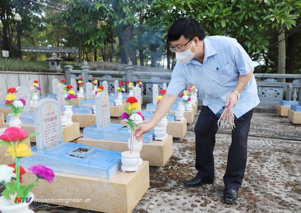 Phó Chủ tịch UBND tỉnh Bùi Đình Long thắp hương tại các phần mộ liệt sỹ.