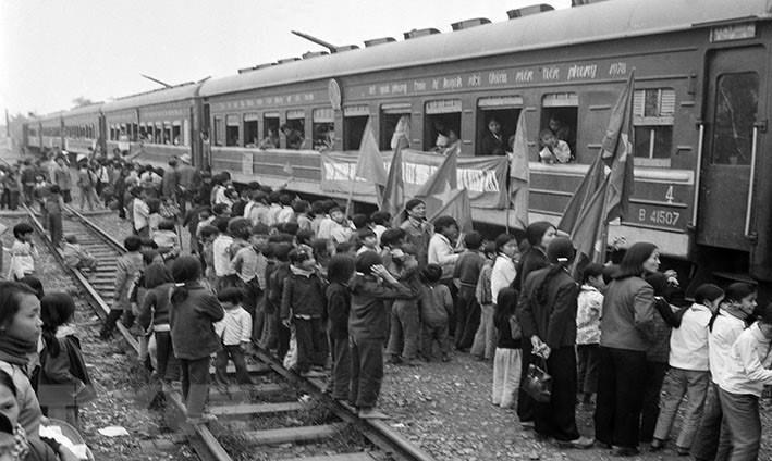 Tiễn các thanh niên xung phong lên đường ra tiền tuyến trong kháng chiến chống Mỹ, cứu nước.