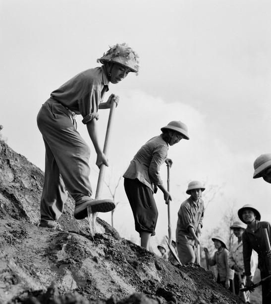 Chiến sĩ tiểu đội 1 thanh niên xung phong khẩn trương làm đường ở một địa điểm xung yếu trên tuyến đường Trường Sơn.