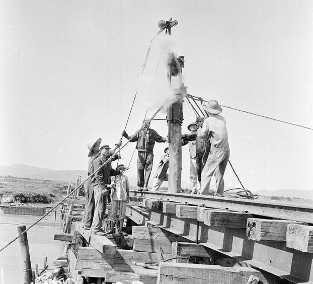 Độii ầu 203 tuyến đường X nhiều lần khẩn trương tới những điểm máy bay địch đánh phá để kịp thời giải quyết hậu quả.