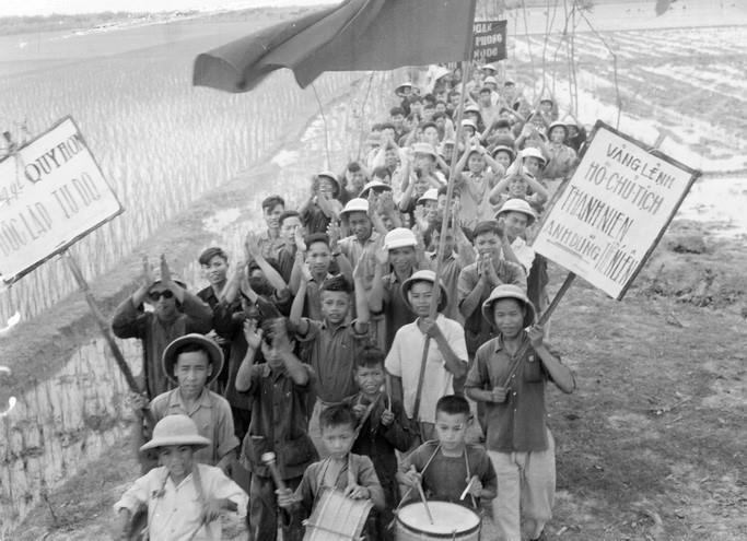 Thanh niên xã Chi Lăng, huyện Tiên Hưng (Thái Bình) nô nức lên đường tòng quân diệt Mỹ (1967).