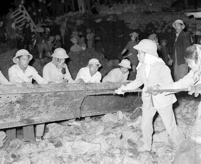 Thanh niên xung phong đơn vị 702-703 phục vụ trên tuyến đường X. Hải Phòng đã dũng cảm khắc phục những khó khăn do địch gây ra, luôn đảm bảo giao thông thông suốt liên tục (1/1968).